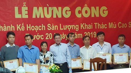 Ông Bùi Thế Dũng - Tổng Lãnh sự quán Việt Nam tại Champasak trao bằng khen cho các cá nhân.