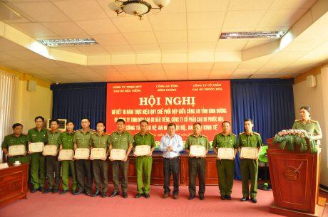 Ông Huỳnh Kim Nhựt - Chủ tịch HĐQT Cty CP Cao su Phước Hòa trao thưởng cho các tập thể và cá nhân về công tác bảo vệ An ninh nội bộ, An ninh kinh tế.