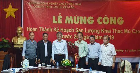 Ông Nguyễn Tiến Đức - Phó Bí thư Đảng bộ - Phó Tổng Giám đốc TĐ - Trao tặng hoa cho Công ty Cao su Việt Lào mừng lễ hoàn thành kế hoạch sản lượng trước 20 ngày so với kế hoạch