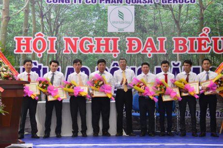 Ông Nguyễn Tiến Đức - Phó TGĐ VRG trao thưởng tại Hội nghị NLĐ công ty năm 2020. Ảnh: Minh Nhật