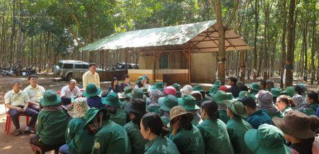 Ông Phạm Đình Luyến - Tổng GĐ Công ty trao đổi những vướng mắt của công nhân
