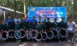 Ông Phan Mạnh Hùng - Chủ tịch CĐCS Việt Nam tặng quà cho tập thể hoàn thành KHSL năm 2019