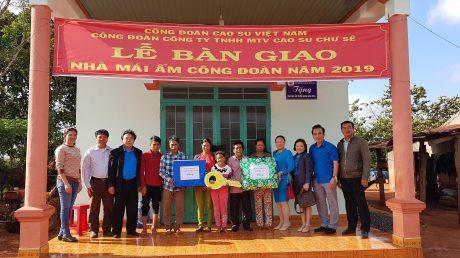 Ông Phan Mạnh Hùng trao nhà Mái ấm Công đoàn cho CN Siu AYing