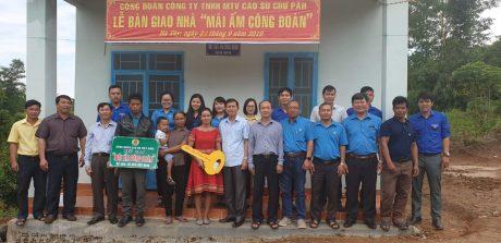Ông Phan Tấn Hải, Phó CT Công đoàn CS Việt Nam trao nhà mái ấm công đoàn cho công nhân Nông trường Hà Tây