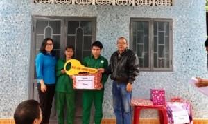 Ông Siu Hoal Chủ tịch Công đoàn công ty trao chìa khóa nhà mái ấm công đoàn cho gia đình