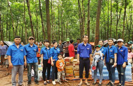 Đại diện ĐTN Cty đi hỗ trợ tại các bản làng