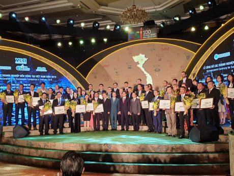Đại diện các doanh nghiệp trực thuộc VRG nhận Chứng nhận Doanh nghiệp bền vững cùng các doanh nghiệp khác. Ảnh Trần Hậu