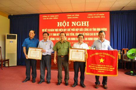 Đại tá Phạm Quốc Dũng – Phó Giám đốc Công an tỉnh Bình Dương – trao bằng khen cho các tập thể và cá nhân tại Hội nghị