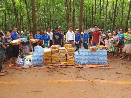 ĐNT Việt Lào đi hỗ trợ đồng bào bị lũ lụt