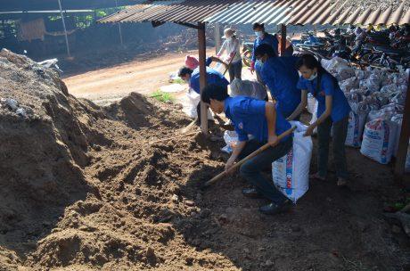 Đoàn viên thanh niên công ty hỗ trợ nhóm tác giả phối trộn, ủ phân hữu cơ vi sinh.