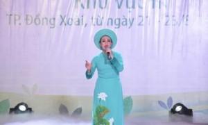 Chị Phan Thị Nguyệt biểu diễn tại Hội diễn Nghệ thuật quần chúng VRG năm 2019, khu vực III. Ảnh: Đào Phong.