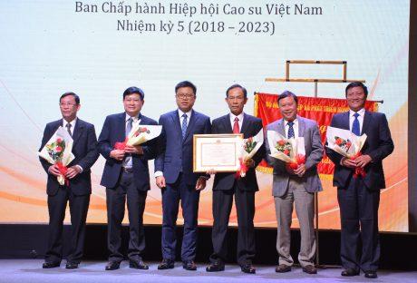 Ông Nguyễn Quốc Toản – Cục trưởng Cục Chế biến và Phát triển thị trường nông sản, Bộ NN&PTNT trao bằng khen của Bộ NN&PTNT cho BCH VRA.