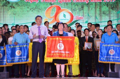 Ông Nguyễn Tiến Đức – Phó TGĐ VRG trao giải nhất chương trình cho TCT Cao su Đồng Nai.