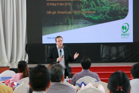 Ông Richard Laity – Đại diện Phát triển Chứng chỉ rừng Đông Nam Á, Tổ chức PEFC Quốc tế trình bày tại hội thảo