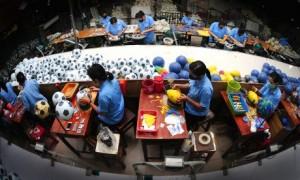 Sản xuất bóng tại Công ty CP Thể thao Ngôi sao Geru. Ảnh: Ngô Công Hoàng