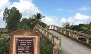 Cây cầu do tổ chức từ thiện xây tặng tại xã Phi Thông, TP Rạch Giá, Kiên Giang.