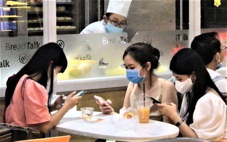 Một nhóm bạn trẻ đeo khẩu trang trong quán cà phê. Ảnh: Internet
