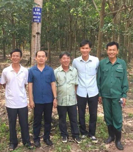 Anh Nguyễn Yên giới thiệu với phóng viên Tạp chí Cao su VN về đường ống dẫn mủ.