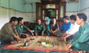 Lãnh đạo nông trường đến thăm và động viên gia đình anh Sâm chị Hiền