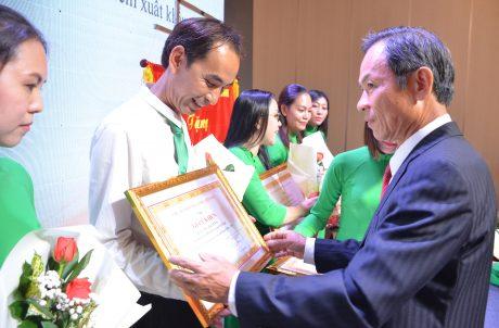 Ông Trần Ngọc Thuận – Chủ tịch VRA, Chủ tịch HĐQT VRG trao giấy khen cho cán bộ VRA