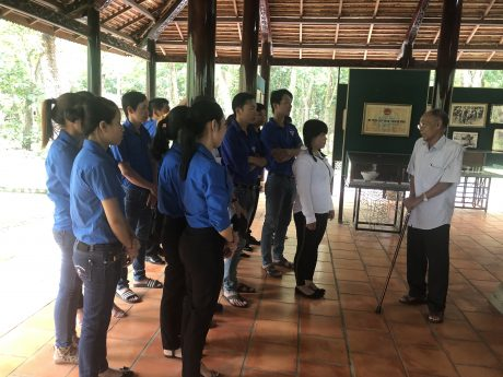 Ông Lê Văn Khoa trò chuyện với thế hệ trẻ Cao su Dầu Tiếng về truyền thống hào hùng của công nhân cao su.
