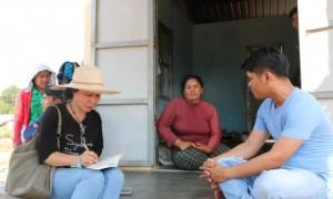 Tác giả (ngoài cùng bên trái) trò chuyện với công nhân người Campuchia bên căn nhà khang trang do công ty xây dựng. Ảnh: Ngọc Cẩm