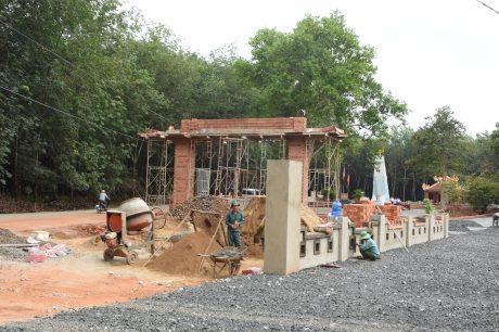 """Nguyễn Thành Long (bên trái) được """"lời lắm"""" khi lên làm việc tại Cao su Bảo Lâm."""