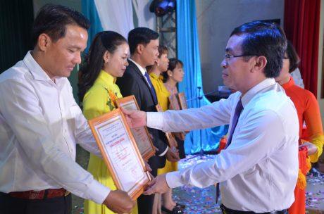 Ông Đỗ Minh Tuấn – TGĐ TCT Cao su Đồng Nai trao huy chương cho các cá nhân.