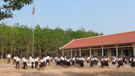 Học sinh trường tiểu học Hữu nghị do công ty đóng góp xây dựng, sau tiết chào cờ. Ảnh: Hồng Lý