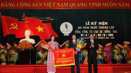Lãnh đạo VRG trao Cờ thi đua Chính phủ cho TCT tại lễ kỷ niệm 40 năm thành lập, vào năm 2015. Ảnh: Vũ Phong.