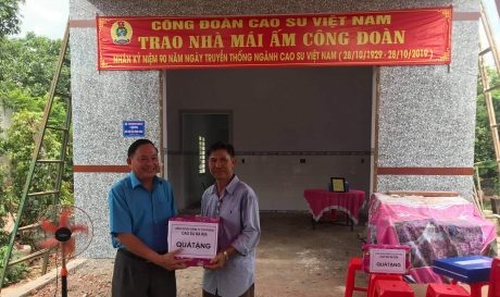 Ông Mai Khánh - Chủ tịch Công đoàn Cao su Bà Rịa trao quà cho anh Võ Văn Huề