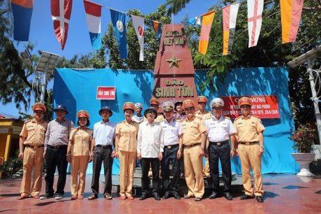 Đ/c Trần Ngọc Thuận - Chủ tịch HĐQT VRG (thứ tư bên trái sang) cùng các đại biểu tại Đảo Sinh Tồn