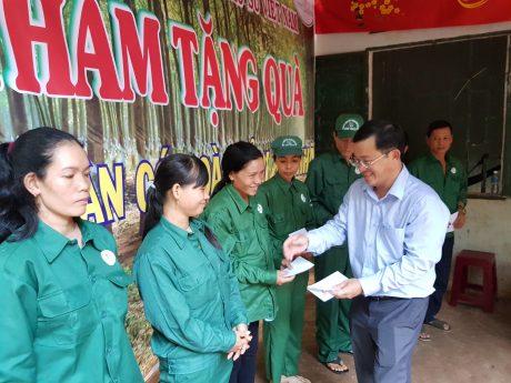 Ông Huỳnh Kim Nhựt - Chủ tịch Hội Doanh nhân trẻ VRG, Phó TGĐ Cao su Phước Hòa, TGĐ KCN Tân Bình trao quà cho công nhân khó khăn