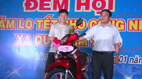 Lãnh đạo KCN Nam Tân Uyên trao giải đặc biệt cho công nhân trong chương trình bốc thăm trúng thưởng tại đêm hội.