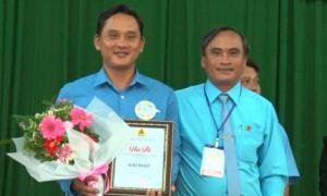 Ông Lê Văn Thủy - Chủ tịch Công đoàn Công ty TNHH MTV Cao su Bình Long trao giải nhất cho thí sinh  Nguyễn Đức Trọng – Chủ tịch Công đoàn NT Quản lợi