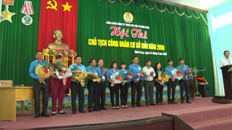 Lãnh đạo Công ty tặng hoa chúc mừng các thí sinh tham dự Hội thi