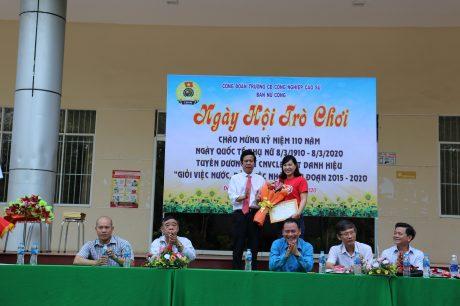 1.Thầy Lê Văn Kích – Bí thư Đảng ủy, Hiệu trưởng trao băng khen của Công đoàn Cao su Việt Nam cho chị Nguyễn Thị Thủy