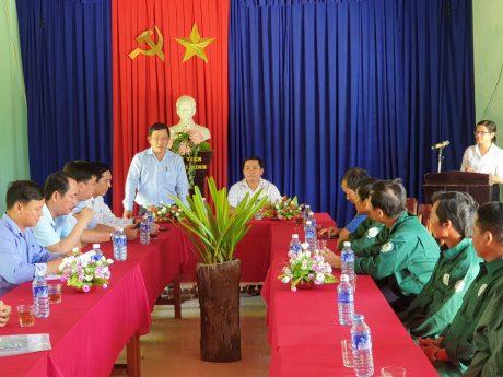 Anh Huỳnh Kim Nhựt phát biểu chia sẻ với lãnh đạo Công ty Cao su Quảng Nam và công nhân lao động