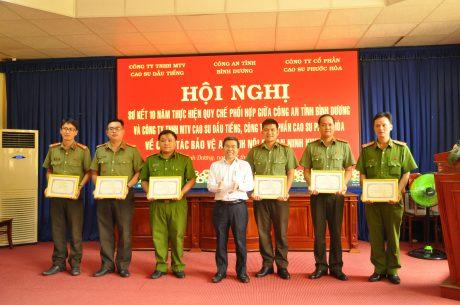 Ông Nguyễn Quốc Việt -  Tổng Giám đốc Cty TNHH MTV cao su Dầu Tiếng - Trao thưởng cho các tập thể và cá nhân xuất sắc
