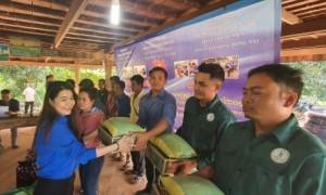 ĐVTN VRG trao quà hỗ trợ cho thanh niên công nhân tại Cao su Đồng Nai - Kratie.