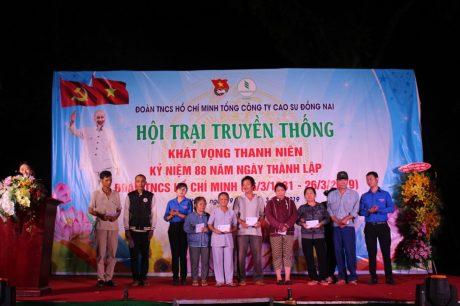 ĐTN TCT tặng quà cho các gia đình có hoàn cảnh khó khăn