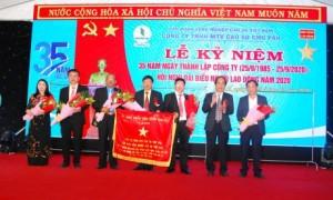 Lãnh đạo tỉnh Gia Lai tặng bức trướng cho công ty.