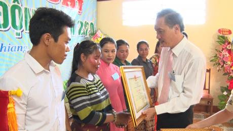 Ông Ngô Quyền - Bí thư Đảng ủy, TGĐ công ty trao thưởng cho NLĐ. Ảnh: Ng. Cường