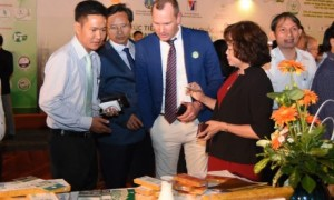 Đại biểu quốc tế thăm gian hàng trưng bày sản phẩm của Công ty TNHH MTV Cao su Bình Long