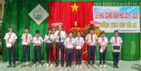 Ông Nguyễn Văn Truyền – Kế toán trưởng Công ty CP Chế biến Gỗ Đồng Nai (khối trưởng) trao 25 suất học bổng tại Trường THCS Chu Văn An