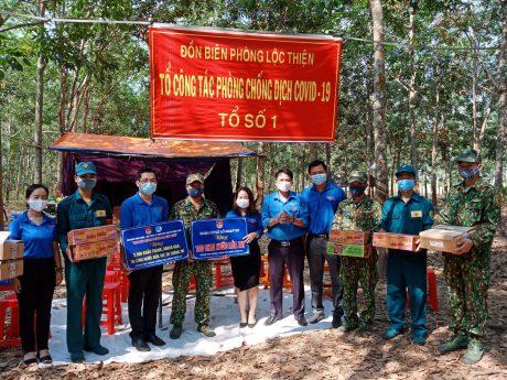 ĐTN công ty trao tặng khẩu trang, nhu yếu phẩm cho Đồn biên phòng Lộc Thiện