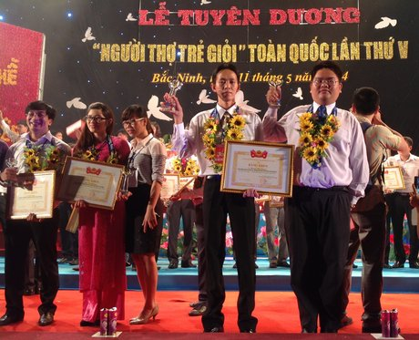 2 đại biểu VRG nhận giải thưởng Người thợ trẻ giỏi 2014