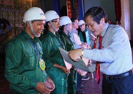 """Ông Nguyễn Văn Ất trao giấy chứng nhận cho các thí sinh tại Hội thi """"An toàn vệ sinh viên giỏi"""" VRG lần thứ III, năm 2014"""