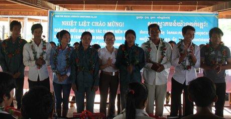 Tuyên dương ĐVTN có thành tích xuất sắc trong lao động sản xuất tại Campuchia