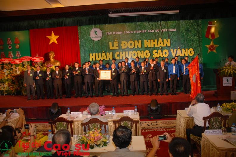 Thủ tướng Nguyễn Tấn Dũng trao Huân chương Sao vàng cho VRG